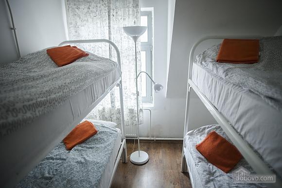 Хостел Петя и Волк Место в 4х-местном мужском номере, 1-комнатная (88684), 001