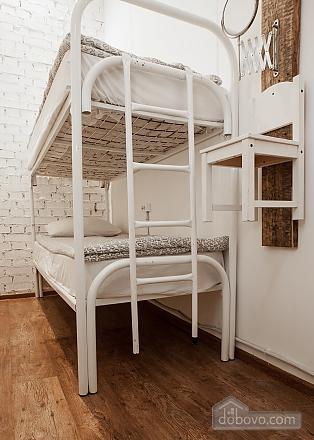 Хостел Петя и Волк Место в 4х-местном мужском номере без окна, 1-комнатная (50907), 001
