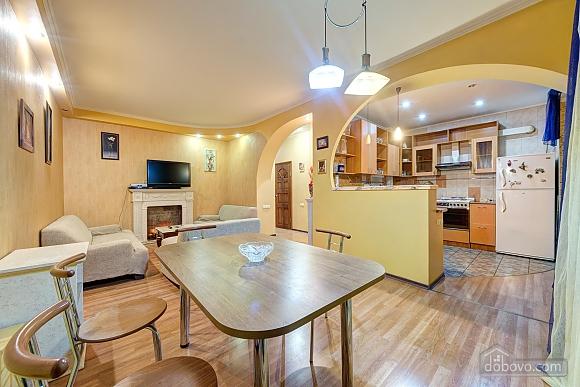 Отличная квартира возле метро, 3х-комнатная (74330), 001