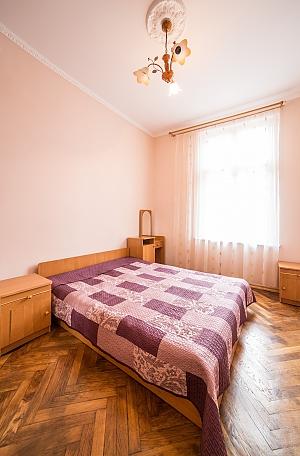 Апартаменти в центрі міста, 3-кімнатна, 002