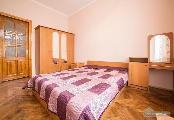 Простора квартира в центрі, 3-кімнатна (59997), 001