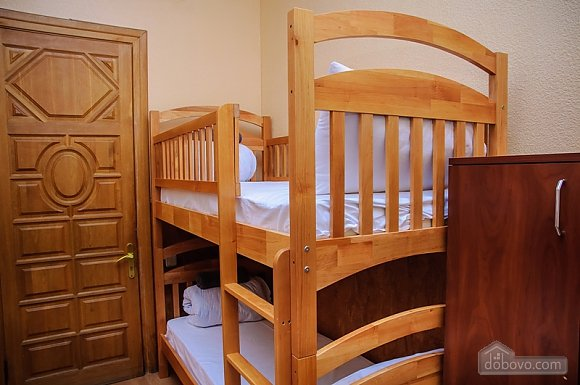 A bed in 4-bedded room in Golden Globus hostel near Zoloti Vorota metro station, Studio (42104), 001