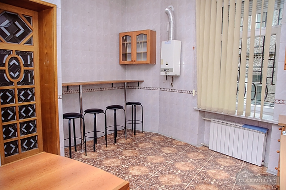 A bed in 4-bedded room in Golden Globus hostel near Zoloti Vorota metro station, Studio (42104), 003