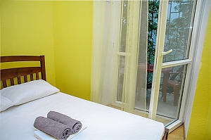 Budget double room with a balcony in Golden Globus hostel near Zoloti Vorota metro station, Monolocale, 001