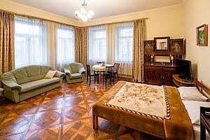 Затишна двокімнатна квартира в центрі біля парка Івана Франка неподалік від Львівського палацу мистецтв, 2-кімнатна, 001