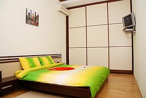 1 Sofiivska, Un chambre, 001