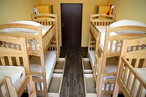 Спальное место на двухъярусной кровати в общем 8-ми местном номере для мужчин, 1-комнатная, 001
