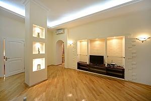 Потрясающие комфортные просторные апартаменты в центре города, 2х-комнатная, 001