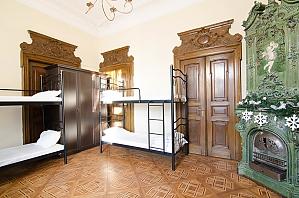Bed in a 8-bed room in hostel, Studio, 003
