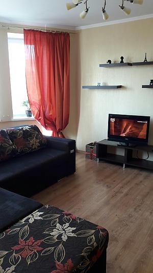 Простора квартира біля метро Олімпійська, 3-кімнатна, 003