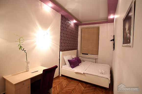 In the city center, Un chambre (66053), 009