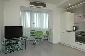 Сімейні апартаменти з однією спальнею, гідромасажною ванною, кухнею та диваном-ліжком, 2-кімнатна, 003