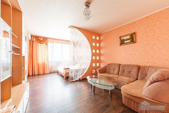 Levoberezhnaya metro station, Studio (60346), 001