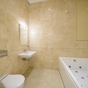 Просторі апартаменти-студіо з балконом і гідромасажною ванною, 1-кімнатна, 010