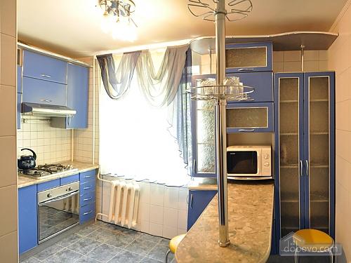 Квартира за квартал від центральної вулиці, 2-кімнатна (37746), 003