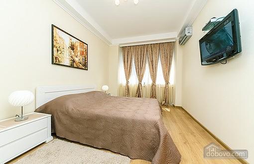 Свіжа квартира в центрі, 2-кімнатна (40178), 003